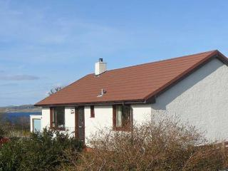 CNOC GRIANACH, detached cottage, whirlpool bath, enclosed gardens, pet-friendly, next to loch, in Skeabost Bridge, near Portree, - The Hebrides vacation rentals