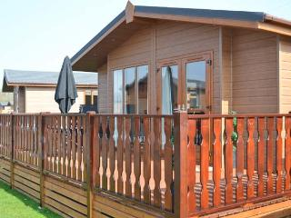 68 GRESSINGHAM, ground floor log cabin, en-suite bedroom, on-site facilities, in South Lakes Leisure Village, Ref. 22576 - Grange-over-Sands vacation rentals