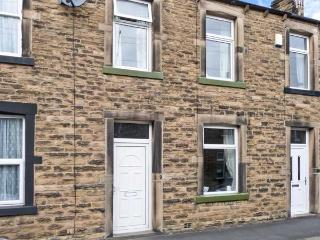 LEMONGRASS, stone-built cottage, pet-friendly, close to walks and cycle routes, on edge of Yorkshire Dales National Park, in Skipton, Ref 27268 - Skipton vacation rentals