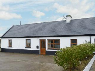 NO. 3 WHITE STRAND, traditional cottage, solid fuel stove, two minutes' walk to beach, near Doonbeg, Ref 29898 - Doonbeg vacation rentals
