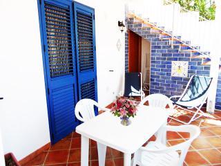 Bellissimo bilocale in villa sul mare - Noto vacation rentals