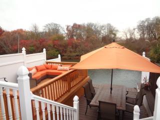Adorable & Cozy Waterfront Lindenhurst Bungalow! - Lindenhurst vacation rentals