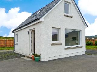 COTTAGE AT SEADRIFT, detached cottage, pet-friendly, sea views, romantic retreat, in Staffin, Ref. 29815 - Staffin vacation rentals