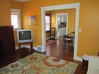 5 minutes from Cleveland Clinic: WhiteHouse2 - Cleveland Heights vacation rentals
