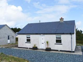 STRAND COTTAGE, dog-friendly, single-storey cottage in Derrybeg, Ref 25547 - Bunbeg vacation rentals