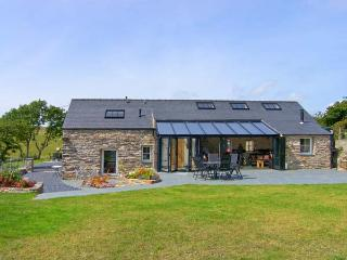 GARTH MORTHIN THE BARN, pet-friendly, woodburner, WiFi, enchanting views, lovely luxury cottage near Porthmadog, Ref. 27046 - Morfa Bychan vacation rentals