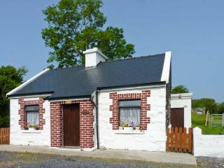 THE COTTAGE, detached, open fire, off road parking, lawned garden, in Newport, Ref 27756 - Mulranny vacation rentals