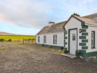 GREEN FORT COTTAGE, a traditonal detached cottage, multi-fuel stove, private access to sandy beach, near Dromore West and Enniscrone, Ref 28296 - Enniscrone vacation rentals