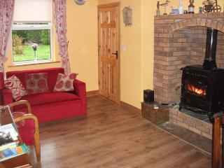 HAZEL COTTAGE, family and pet-friendly accommodation, woodburner, parking, lawned garden, near Killimor and Portumna, Ref 28491 - Portumna vacation rentals