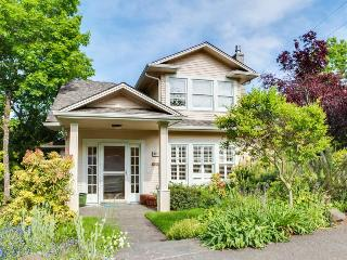 Gorgeous home with private hot tub, great location - Eugene vacation rentals