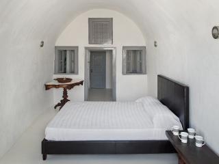 Nice 2 bedroom Oia House with Balcony - Oia vacation rentals