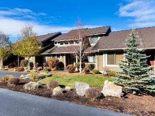 Townhouse with a private hot tub and deck, on-site golf, and shared pools! - Redmond vacation rentals