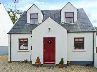 2 WOODLAWN, detached cottage, open fire, off road parking, enclosed garden, in Arthurstown, Ref 28006 - Arthurstown vacation rentals