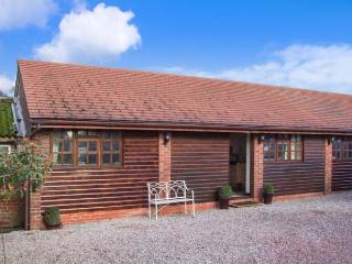 PARLOUR BARN, hot tub, WiFi, en-suite, romantic cottage near Pershore, Ref. 26229 - Gloucester vacation rentals