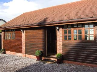 DAIRY BARN, WiFi, hot tub, en-suite facilities, woodburner, romantic cottage near Pershore, Ref. 26229 - Pershore vacation rentals