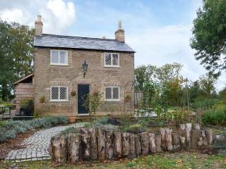 SHORTMEAD COTTAGE, Victorian farm cottage, double-ended bath, multi-fuel stove, on owner's estate, near Biggleswade, Ref 23362 - Saint Neots vacation rentals