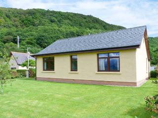 BEACHVIEW, single-storey cottage, lawned gardens, Loch views, ideal base for walking and cycling, in North Ballachulish, Ref 283 - North Ballachulish vacation rentals