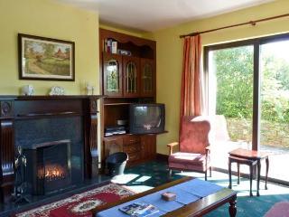 CAHEROGE COTTAGE, detached holiday home, en-suites, open fire, enclosed lawned gardens, near Glengarriff, Ref 28440 - Glengarriff vacation rentals