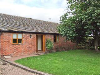 DOVE COTTAGE, charming detached ground floor property, private enclosed garden, en-suite facilities, near Drakes Broughton and P - Worcestershire vacation rentals