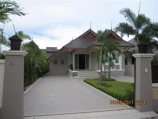 2 Bedroom Central & Convenient Villa in Cha-Am - Cha-am vacation rentals