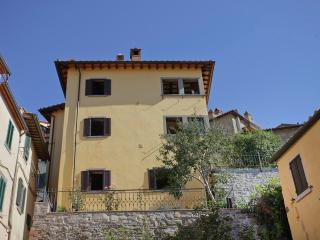 Luisella, unique panoramic apartment with garden - Cortona vacation rentals