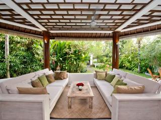 Gorgeous, spacious villa w pool 5 mnt from Echo Be - Kerobokan vacation rentals