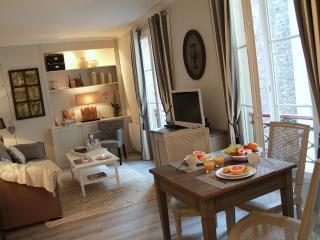 Chic Eiffel Tower One Bedroom - Paris vacation rentals