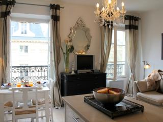 Marais Market - Chic Hotel de Ville 1 bedroom apartment - Paris vacation rentals