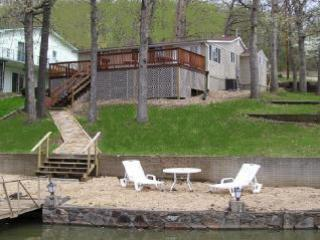Sparkling Waters Lake House @ 11 Mile Marker - MM 11 Lake House w/Dock Sleeps 7 - No Wake Cove - Sunrise Beach - rentals