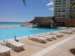 Cozy Apartment with A/C and Satellite Or Cable TV - Cancun vacation rentals