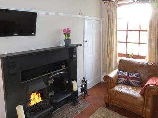 CHAPEL COTTAGE, period stone cottage, open fire, enclosed courtyard, in York, Ref 28836 - York vacation rentals