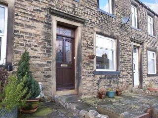 WEAVER'S COTTAGE, stone-built terraced cottage, WiFi, woodburner, walks from the door, in Skipton, Ref 31110 - Skipton vacation rentals