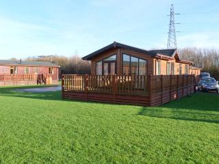 MANOR LODGE, on-site facilities including pool, dog-friendly, en-suite, detached lodge in South Lakeland Leisure Village, Ref. 9 - Lancashire vacation rentals