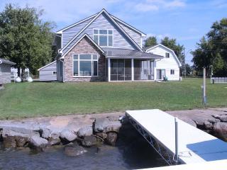 Lake Poygan Rental Cottage - County Hwy H, Tustin (Fremont) WI - Poy Sippi vacation rentals