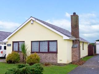 CEFN-Y-GADER, detached bungalow, enclosed lawned garden, within walking distance to shop, pub and beach, in Morfa Bychan, Ref 30 - Pwllheli vacation rentals