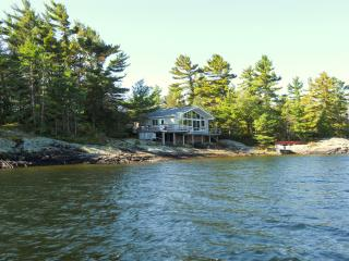Beautiful 3 bedroom Cottage in Bracebridge with Deck - Bracebridge vacation rentals