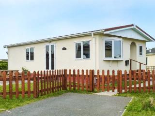 PEBBLE LODGE, detached lodge on a holiday park, well-equipped, garden, on-site facilities, near Padstow, Ref 904239 - Padstow vacation rentals