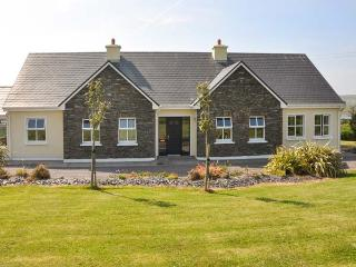 REARDON'S HOUSE, detached, all ground floor, open fire, parking, garden, in Portmagee, Ref 903994 - Dunquin vacation rentals