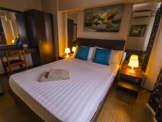 FEEL AT HOME IN OUR SPACIOUS 2 BEDROOM LOFT - Mandaluyong vacation rentals
