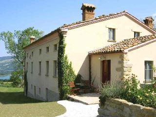 Apartment with pool, great lake and mountain views - Amandola vacation rentals