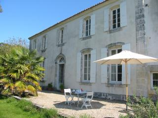 A 18th century B&B in Roman Saintonge. - Saint Jean d'Angely vacation rentals