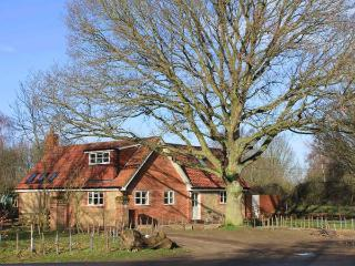 OAK TREE LODGE, WiFi, en-suite, woodburning stove, parking, garden, in Crostwick, Ref 30583 - Lessingham vacation rentals