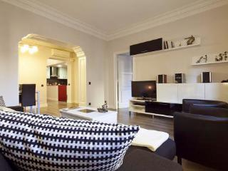Just 210m from Sagrada Familia 4BR/2BA home for 10 - Barcelona vacation rentals