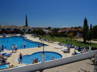 2 BEDROOM VILLA FOR 6 IN A RESORT DEDICATED TO SPORTS, NATURE AND SUN, NEAR CABANAS, TAVIRA -  NEXT TO THE RIA FORMOSA - REF. PD - Tavira vacation rentals