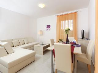 One bedroom apartment with balcony - Podstrana vacation rentals