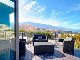 Quality holiday-making! Striking alpine townhouse, outdoor living + fireplace - Queenstown vacation rentals