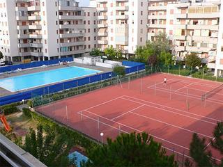 Pool and Clay Tennis court. Adult and children's pools. Lifeguard in attendance. - Sunny, 2 bed flat, nr sea, Lido Adriano, Ravenna. - Lido Adriano - rentals