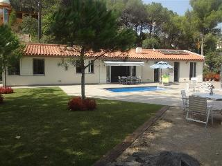 Fabulous and tranquil 4-bedroom countryside villa in Sant Feliu, 25km from Barcelona - Castellar del Valles vacation rentals