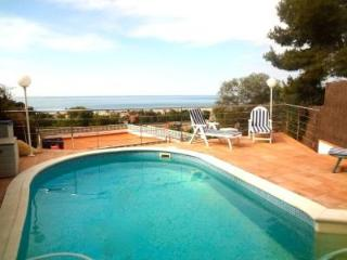 Elegant villa in Castelldefels for 8-10 guests, 2km to the beach - Castelldefels vacation rentals