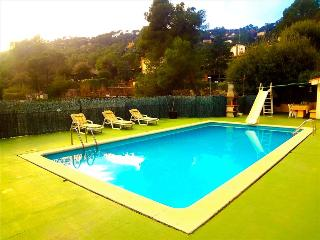 Heavenly 3-story villa in Sant Feliu with 5 bedrooms and a private pool only 25km from Barcelona - Castellar del Valles vacation rentals